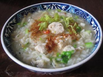 Tschohk dicke thailändische Reissuppe 2120799217