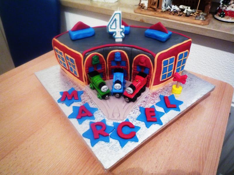 Zum 4 Geburtstag Thomas Und Seine Freunde Lokschuppen Torte