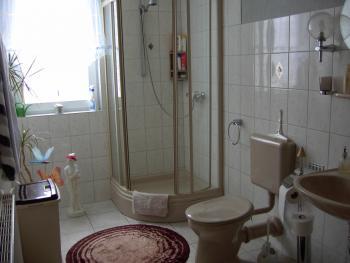 wie sehen eure badezimmerfenster aus haus garten. Black Bedroom Furniture Sets. Home Design Ideas